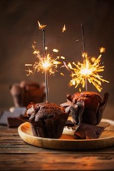 Słodkie babeczki z czekoladą i brylantem