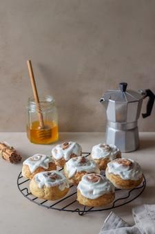 Słodkie bułeczki cynamonowe z polewą. ciasta. śniadanie.