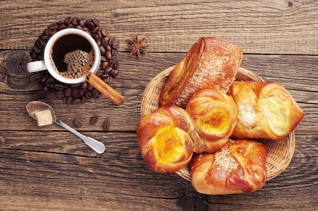 Słodkie bułeczki w misce i filiżance kawy