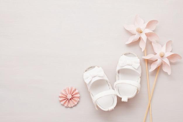 Słodkie buty noworodka dziewczynka.