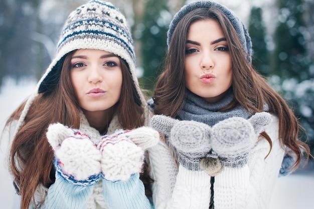 Słodkie buziaki od uroczych dziewczyn