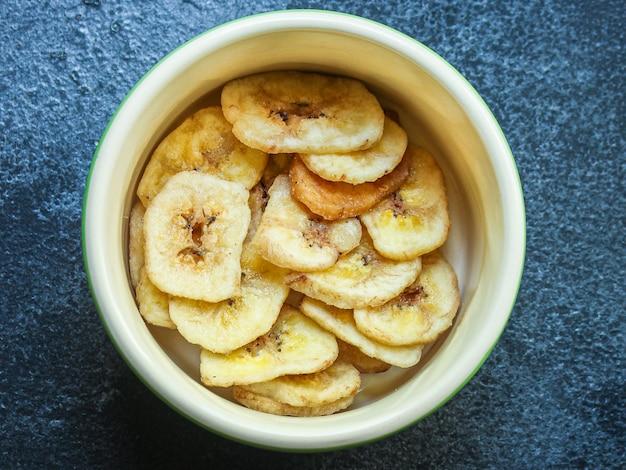 Słodkie chipsy bananowe