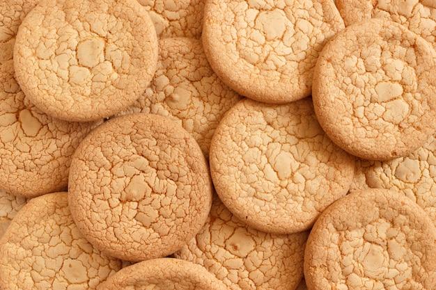 Słodkie chrupiące okrągłe ciasteczka tło
