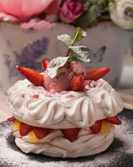 Słodkie ciasta. ciasta lodowe. jasnoczerwony, różowy, kolorowy