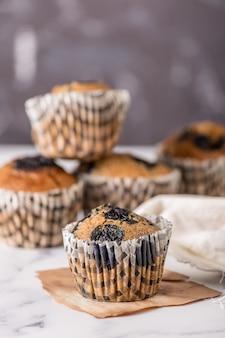 Słodkie ciasta lub babeczki na jasnym tle marmuru. święto ciasta wakacje, pyszny deser, z bliska
