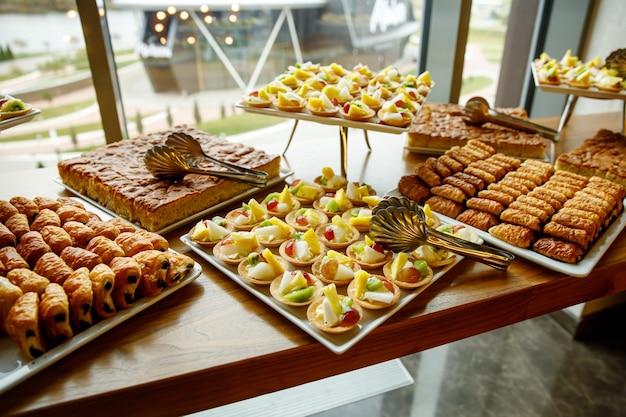 Słodkie ciasta na catering na imprezy. kosze z owocami