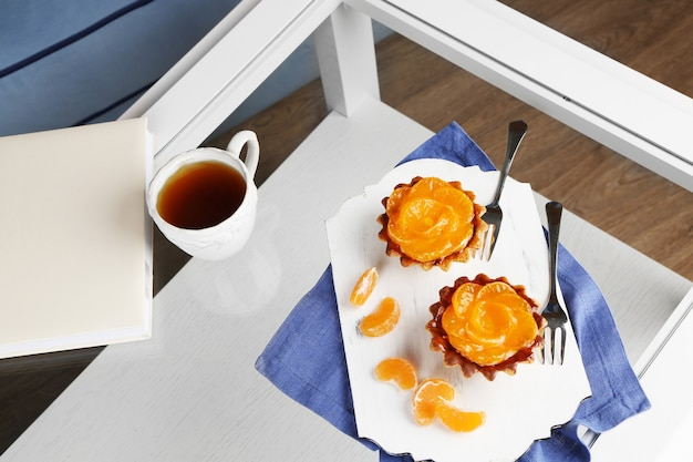 Słodkie ciasta z mandarynkami na stole, z bliska