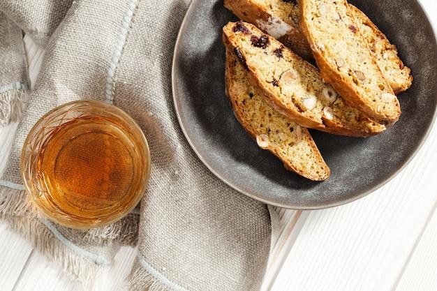 Słodkie ciastka cantuccini i słodkie wino. domowe włoskie ciasteczka biscotti