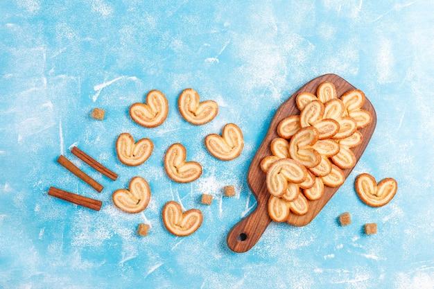 Słodkie ciasto francuskie, domowe ciasteczka palmier.