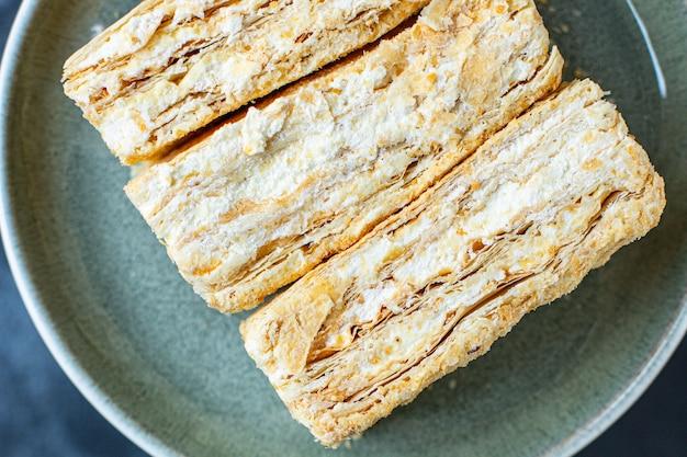Słodkie ciasto napoleon ciasto francuskie millefeuille masło deserowe kawałek