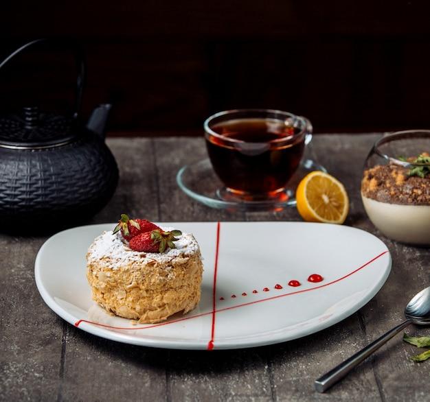 Słodkie ciasto truskawkowe z czarną herbatą