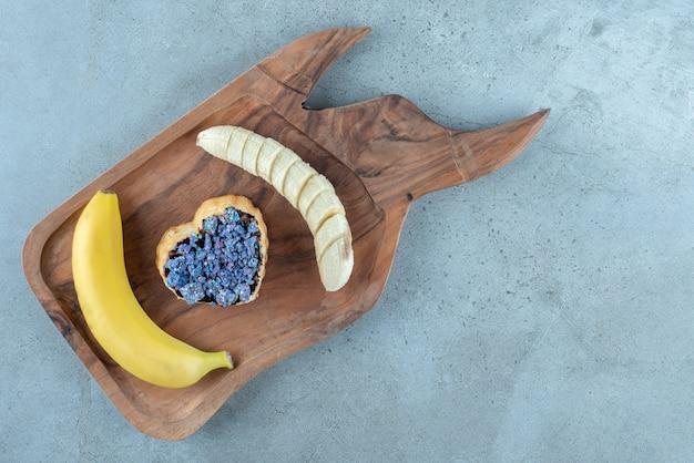 Słodkie ciasto w kształcie serca z bananem.
