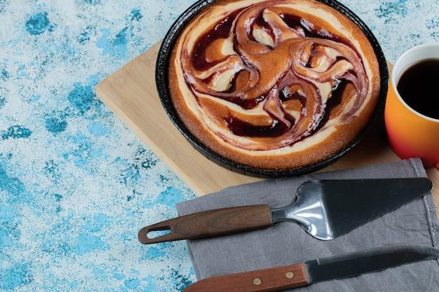 Słodkie ciasto waniliowe z filiżanką kawy lub gorącej czekolady