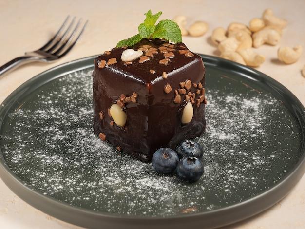 Słodkie ciasto z czekoladą i orzechami w polewie czekoladowej