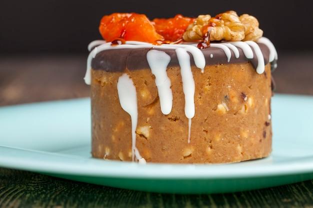 Słodkie ciasto z nabiału i orzechów, słodki deser z cukru, skondensowanego mleka i orzeszków ziemnych