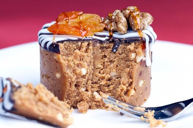 Słodkie ciasto z orzeszków ziemnych, cukru i produktów mlecznych, wykonane w kształcie walca