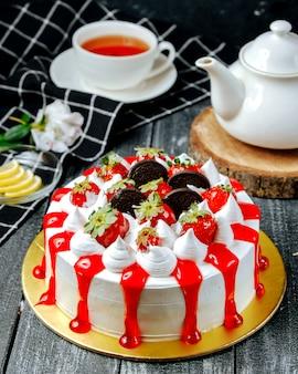 Słodkie ciasto ze śmietaną oreo i truskawką