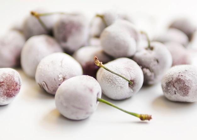 Słodkie ciemne i papkowate jagody pokryte szronem