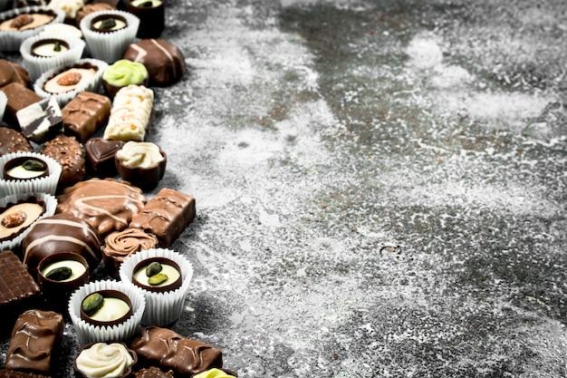 Słodkie cukierki czekoladowe. na rustykalnym tle.