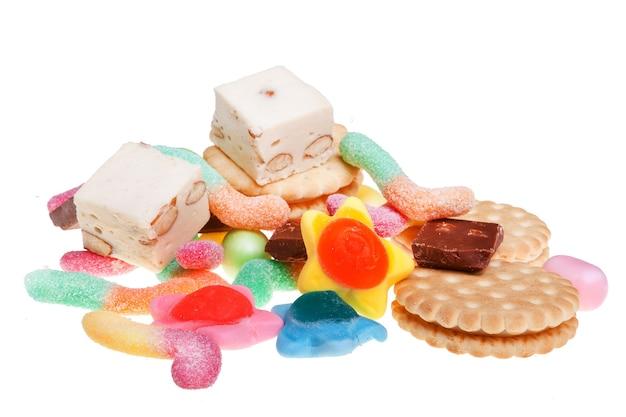 Słodkie cukierki na białym tle