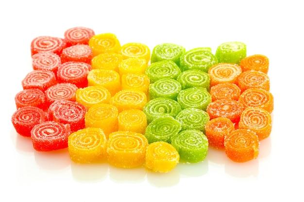 Słodkie cukierki z galaretką na białym tle