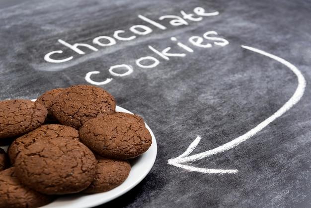 Słodkie czekoladowe ciasteczka w talerzu