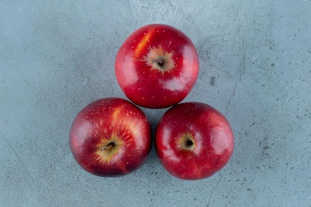 Słodkie, czerwone jabłka, na marmurowym tle. zdjęcie wysokiej jakości