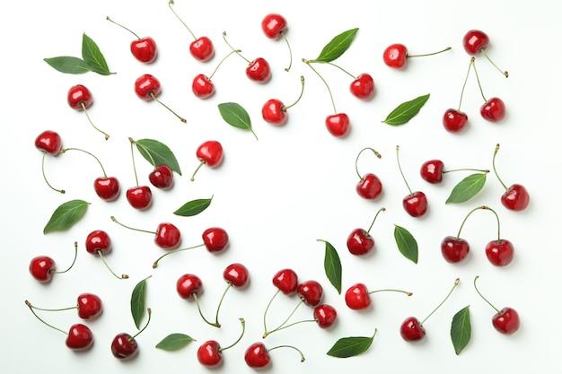 Słodkie Czerwone Jagody Wiśni Na Białym Tle Premium Zdjęcia