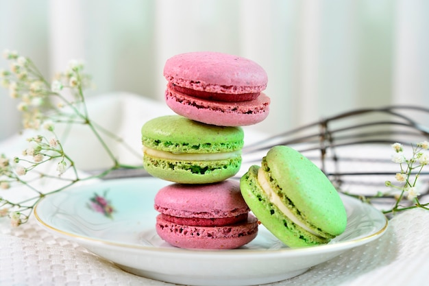 Słodkie deserowe francuskie makaroniki na pięknym stole zdobione
