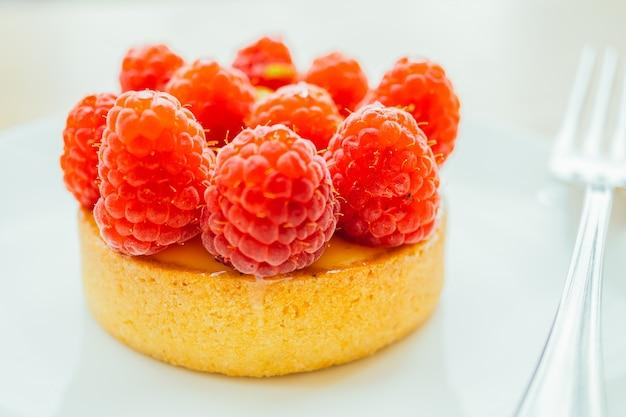 Słodkie deserowe krakersy tarty z malin na górze