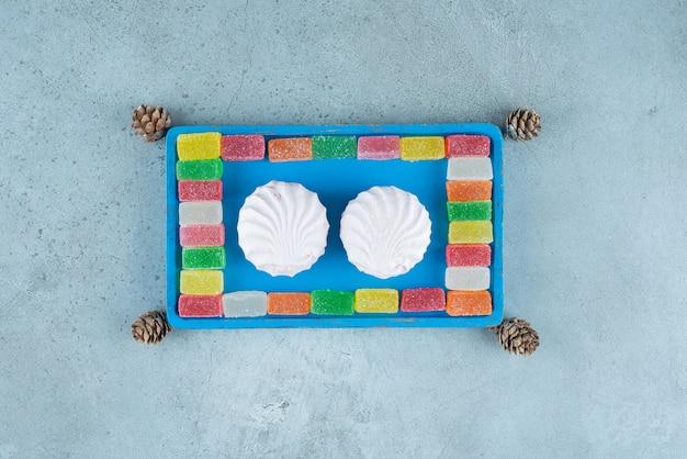 Słodkie desery z białej zefiru z owocową marmoladą.
