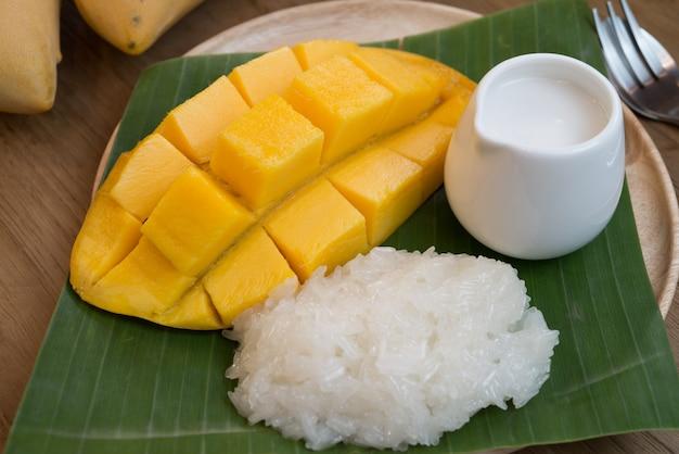 Słodkie dojrzałe mango z lepkim ryżem i mlekiem kokosowym.