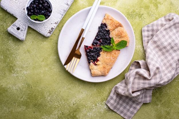 Słodkie domowe ciasto galette z jagodami