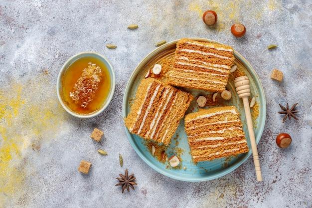 Słodkie domowe ciasto miodowe warstwowe z przyprawami i orzechami.