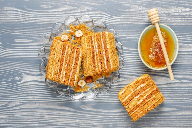 Słodkie domowe ciasto miodowe z przyprawami i orzechami.