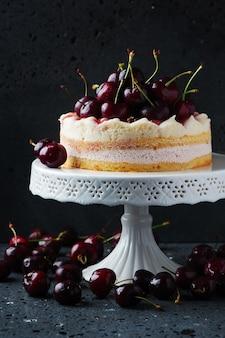 Słodkie domowe ciasto z wiśniami