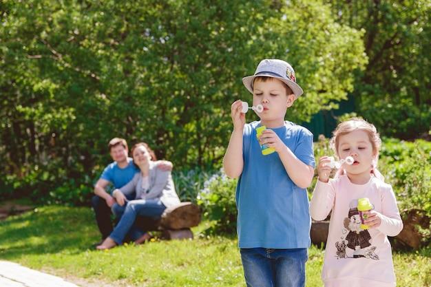 Słodkie dzieci bawią się w parku