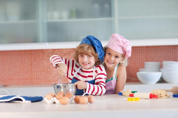 Słodkie dzieci do pieczenia w domu