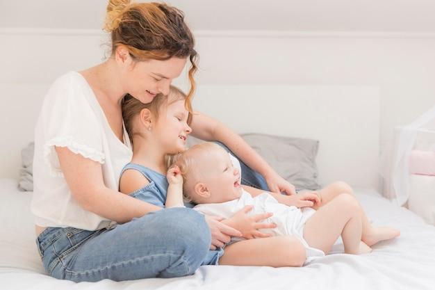 Słodkie dzieci korzystających z czasu z mamą