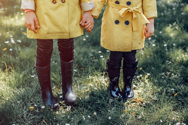 Słodkie dzieci plaiyng w deszczowy dzień