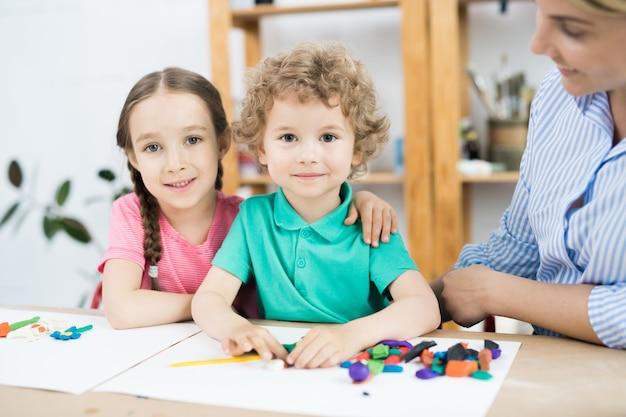 Słodkie dzieci w klasie sztuki