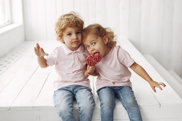 Słodkie dzieci zabawy z cukierkami