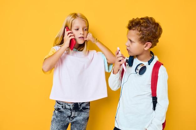 Słodkie dzieciaki używają gadżetów ze słuchawkami