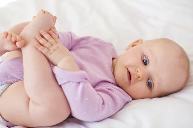 Słodkie dziecko bawi się nogami