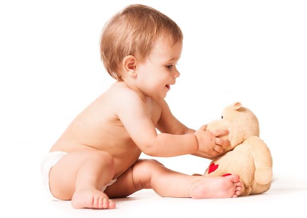 Słodkie dziecko bawi się zabawkami.