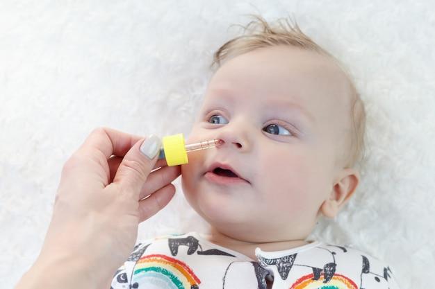 Słodkie dziecko dostaje krople do nosa