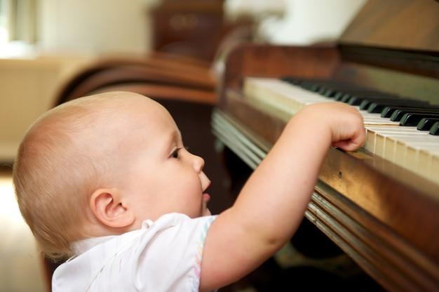 Słodkie dziecko gra na pianinie