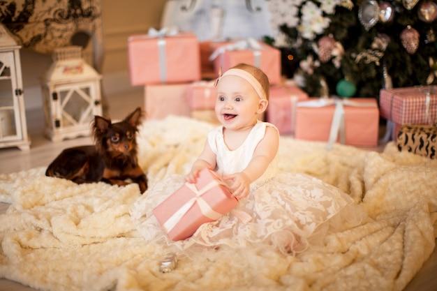 Słodkie dziecko i pies terier zabawka w czasie świąt bożego narodzenia