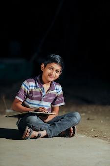 Słodkie dziecko indian pisania na łupku