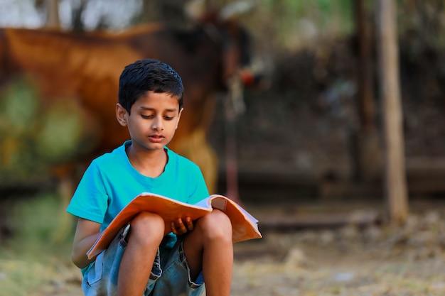Słodkie dziecko indyjski, czytając jego książkę